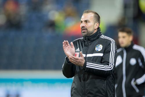 FCL-Trainer Markus Babbel hat an der Seitenlinie Freude nach einer Aktion (Bild: Keystone / Dominik Baur)