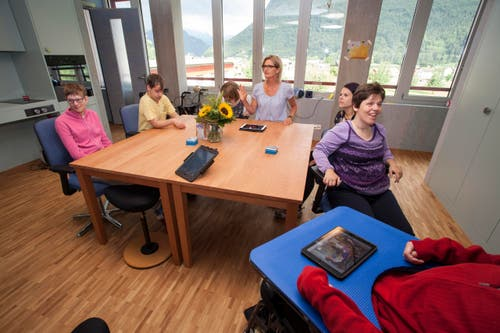 Ein Atelier in der neuen Tagesstätte in der Menschen mit schwerer Beeinträchtigung, die nur eingeschränkt oder gar nicht sprechen können. Sie kommunizieren mit Piktogrammen auf Karten oder auf dem iPad miteinander. (Bild: PD)