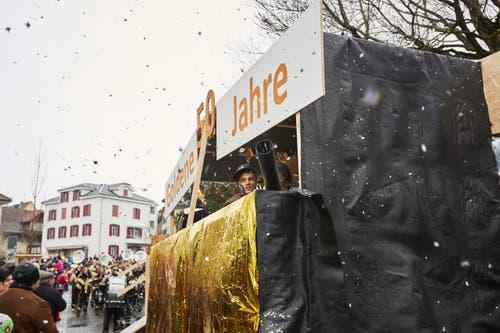 Die Jordan Guuggenmusig Schuepfheim mit ihrem Jubiläumsmotto «50 goldene Jahre». (Bild: Jakob Ineichen / LZ (Schüpfheim, 11. Februar 2018))