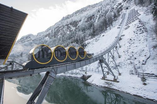 Die neue Stoosbahn weist eine Steigung von 110 Prozent auf. (Bild: Urs Flüeler / Keystone (Schwyz, 16. Dezember 2017))