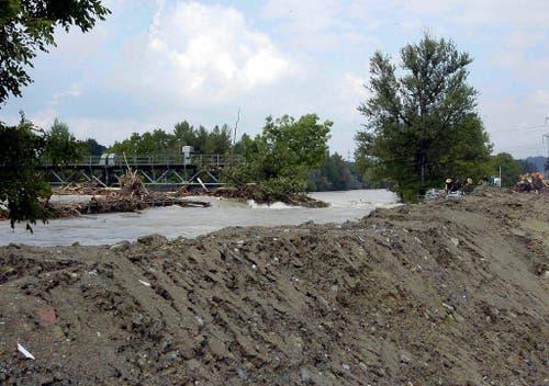 Hochwasser der Reuss und Treibholz bedrängen das Wehr bei Perlen im August 2005. (Bild: Keystone)