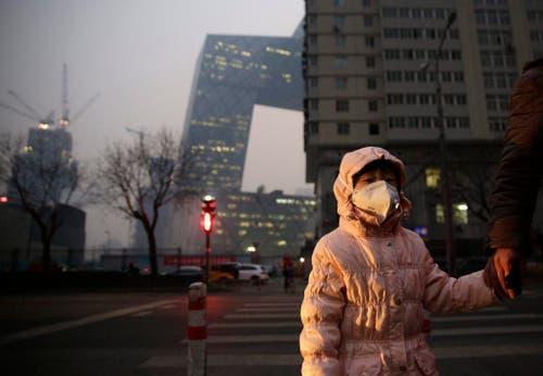 7. Dezember: Dicke Luft herrscht in Peking und in anderen Industriemetropolen Chinas. Wegen Smog bleiben die Schulen drei Tage lang geschlossen, bestimmte Betriebe müssen ihre Produktion drosseln oder einstellen. (Bild: EPA / How Hwee Young)