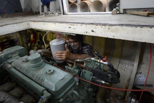 Mechaniker Hagi und seine Freunde haben den alten Dieselmotor am 13. August wieder zum Laufen gebracht und kümmern sich um die weiteren Arbeiten. (Bild: Keystone)