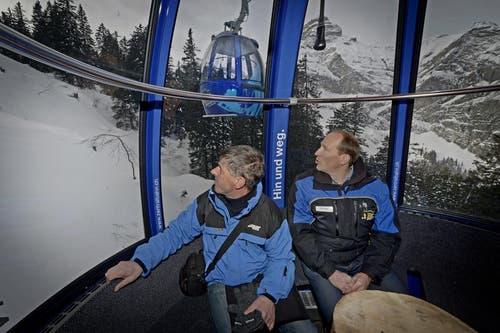 Korporationspräsident Niklaus Ettlin (links) und Geschäftsführer Xander Seiler blicken Richtung Bergstation. (Bild: Corinne Glanzmann / Neue OZ)