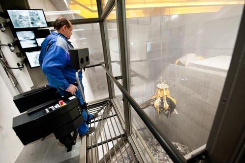 Der Kran bringt den Abfall zum Verbrennungsofen. (Bild: Boris Bürgisser / Neue LZ)