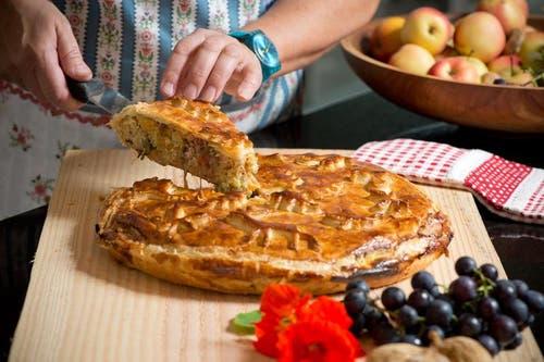 Der feritige Kuchen wird serviert. (Bild: Dominik Wunerli / Neue LZ)