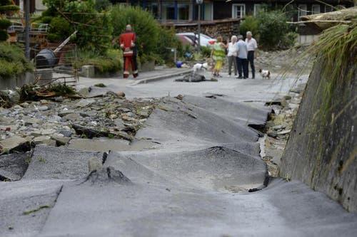 Die Strasse im Dörfli von Dierikon ist komplett auseinandergebrochen. (Bild: Keystone / Urs Flüeler)