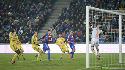 FCL-Torhüter David Zibung kassiert das 1:1. (Bild: Keystone)
