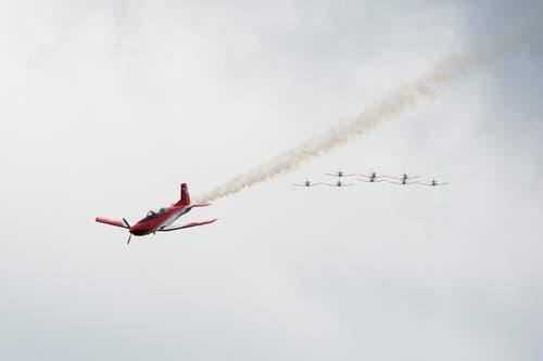 Das PC-7 Team 2015 mit einem Pilatus PC-7 Turbo vorneweg. (Bild: Keystone)