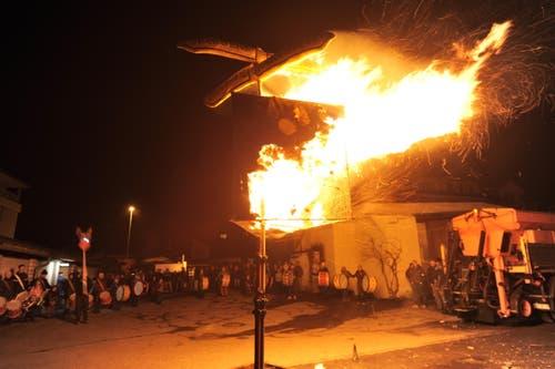 Böögg-Verbrennen in Amsteg. (Bild: Urs Hanhart / Neue UZ)