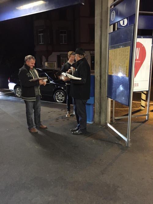 Der neue Auftritt interessiert: Am Montag wurde die Obwaldner Zeitung auch am Bahnhof Sarnen an Passanten verteilt. (Bild: Bruno Vonwil)