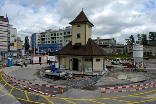 23. Juni: Das historische Tramhüsli in Emmen wurde in stundenlanger Kleinarbeit verschoben. Das Wartehäuschen musste einer breiteren Strasse weichen. (Bild: Nadia Schärli / Neue LZ)