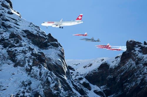 Die Patrouille Suisse begleitet einen Airbus A320 der Swiss bei der Flugshow vor dem Lauberhornrennen 2015. (Bild: Keystone / Peter Klaunzer)