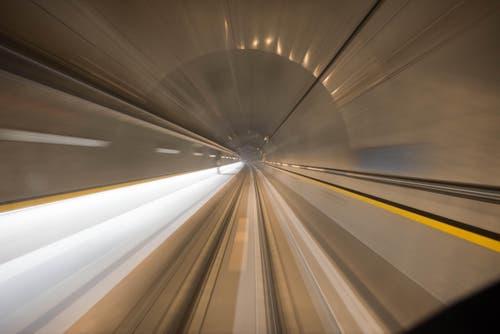 Der Fotograf macht ein Bild von der Geschwindigkeit. (Bild: Alptransit Video)
