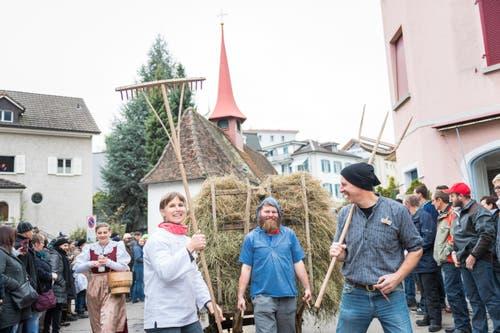 Die Familien Appert und Schmid in traditioneller Kleidung; die Herren rauchen wie üblich 'Krumme'. (Bild: Roger Grütter (LZ))