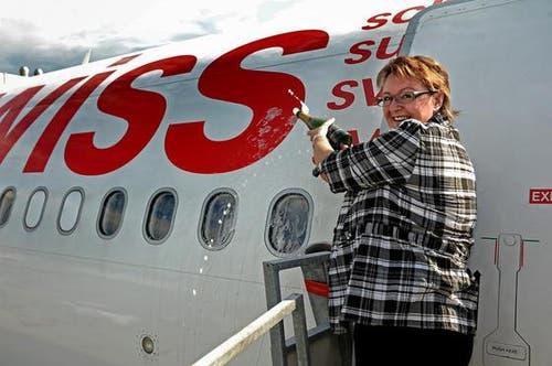 Gemeindepräsidentin Beatrice Richard tauft den Flieger mit Champagner. (Bild: Nadia Schärli/Neue LZ)