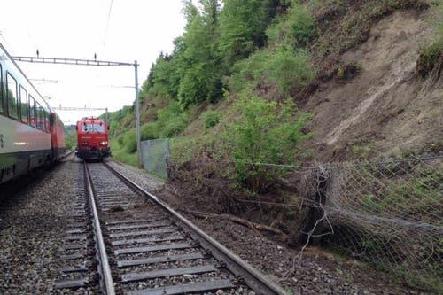 Die SBB-Bahnlinie zwischen Bern und Freiburg war wegen eines Erdrutsches am Sonntag unterbrochen. (Bild: SBB)