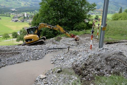 Ein Murgang im Gebiet Ächerli verschüttet die Strecke der Zentralbahn zwischen Giswil und Kaiserstuhl. (Bild: Robert Hess)