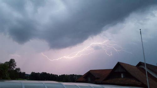 Blitzgewitter über dem Sempachersee von Schlierbach aus gesehen. (Bild: Hans Troxler)
