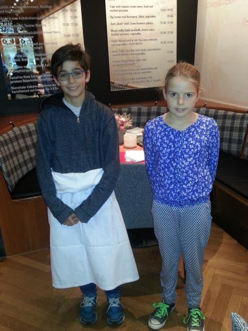 Aline Trevisan und Niki Heisler hatten viel Spass im Service in der Küche des Rathauskellers in Zug (Bild: W.Heisler)