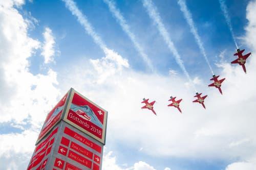 Sie setzten einen Schlusspunkt unter die Feier: Die Piloten der Patrouille Suisse. (Bild: Keystone/TI-Press/Samuel Goday)