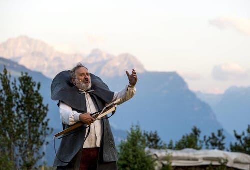 """Andrea Zogg als Tell bei Proben für das Freilichtspiel """"Tell trifft Wagner"""", am Samstag, 27. Juli 2013, hoch über dem Urnersee auf dem Waldweidli in Seelisberg. (Bild: Keystone)"""