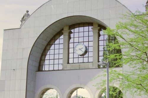 Die Uhr am alten Bahnhofsportal weiss genau, wann der Strom ausgefallen ist: um 14.21:43 Uhr (Bild: Christian Volken / luzernerzeitung.ch)