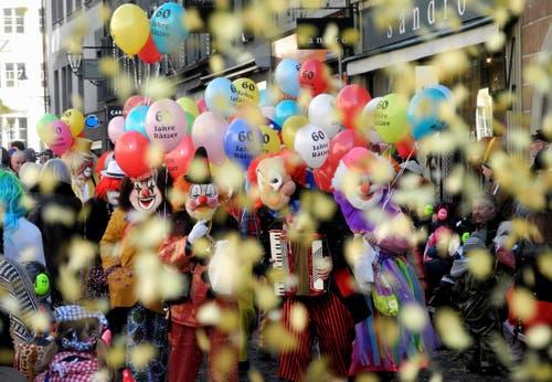 Am Chenderomzog Lozärn. Vorhutgruppe, die - von einem Konfettiregen getroffen - Plausch, Spass und eine grossartige Freude zum Ausdruck bringt. (Bild: Niklaus Rohrer)