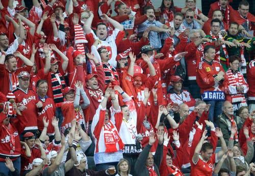 Schweizer Fans mache die Laola. (Bild: Petr David Josek)