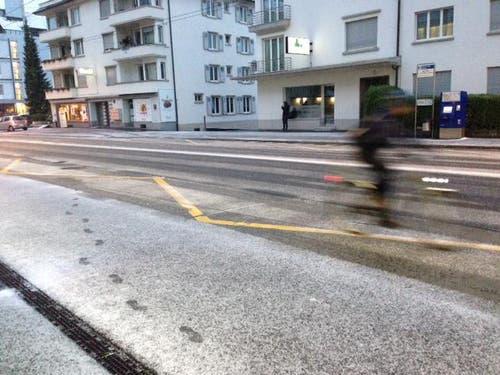 Schneespuren an der Bushaltestelle Maihofmatte-Rotsee am Montagmorgen gegen 6.20 Uhr. (Bild: Stefanie Nopper / luzernerzeitung.ch)