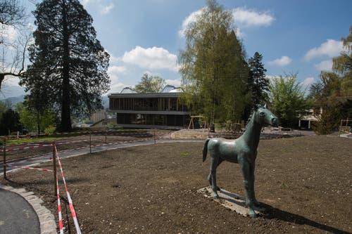 Blick auf den Neubau. Das Pferd steht schon sehr lange dort – und wurde als Zeitzeuge extra erhalten. (Bild: Dominik Wunderli / Neue LZ)