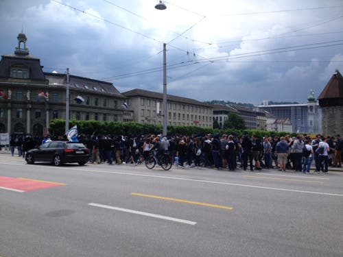Vor dem Spiel: FCL-Anhänger blockierten die Seebrücke... (Bild: Neue LZ)