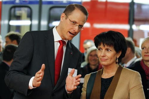Bundesrätin Doris Leuthard, Vorsteherin des UVEK, rechts, und Renato Fasciati, Geschaeftsführer Zentralbahn, links, unterhalten sich. (Bild: Keystone)