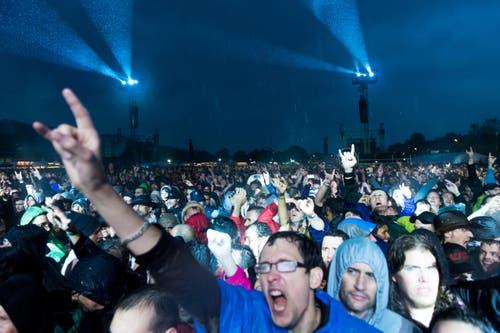 Am Freitag noch wirken die Fans in den Pellerinen vielleicht etwas weniger 'hard rocky', aber sie gehen dennoch ganz mit. (Bild: Roger Grütter)