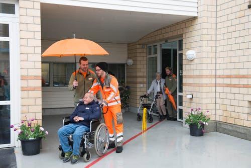 Eine Gruppe von Bewohnern des Pflegeheims Fläckematte in Rothenburg wird von Zivilschützern abgeholt. (Bild: PD)