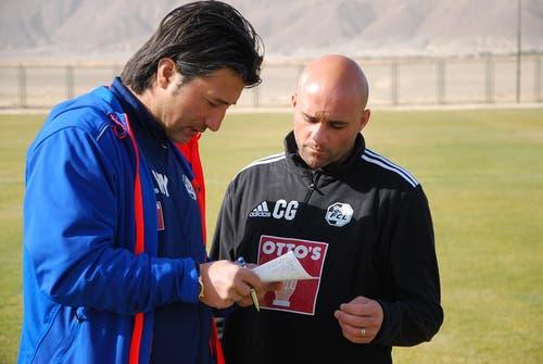 Murat Yakin und Giorgio Contini besprechen das Trainingsprogramm. (Bild: Daniel Wyrsch / Neue LZ)