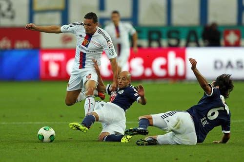 Luzerns Yassin Mikari (Mitte) und Tomislav Puljic (rechts) gegen Basels David Degen. (Bild: Phillipp Schmidli / Neue LZ)