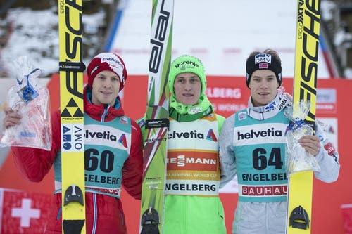 Die Besten am Sonntag: Der zweitplatzierte Michael Hayboeck (links) aus Österreich, Sieger und Peter Prevc (Mitte) aus Slowenien und Kenneth Gangnes aus Norwegen. (Bild: Keystone / Urs Flüeler)