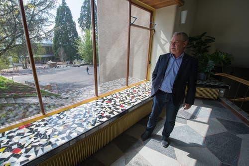 Die Sitzgelegenheiten wurden z. T. auch mit Mosaik bestückt. Im Bild Beat Heynen, Projektleiter Immobilien der Stadt Luzern. (Bild: Dominik Wunderli / Neue LZ)