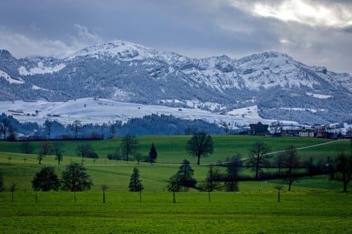Schnee auf dem Mittagsgüpfi/Gnepfstein (links) und Stäfeliflue (rechts), fotografiert in Hellbühl. (Bild: Philipp Schmidli)