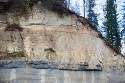 Von der Badflue sind die Felsmassen herabgestürzt. Rund 5000 Kubikmeter Fels donnerten in die Kleine Emme. (Bild: Keystone / Urs Flüeler)