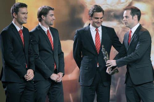 Tennisspieler Marco Chiudinelli, Roger Federer, Michael Lammer und Captain Severin Luethi (von links) sind das Team des Jahres. (Bild: Keystone)
