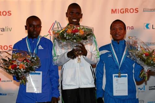 Abraham Kipyatich (mitte) gewinnt vor Ngeny Frederick (links) und Bernard Matheka. (Bild: Swiss-Image)