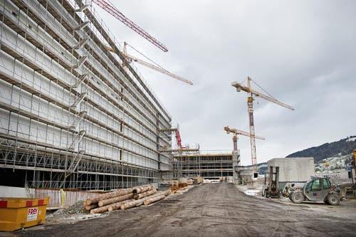 Baustellen-Besichtigung am 15. Januar 2016: Mit dem Bau der Mall of Switzerland» sind die Verantwortlichen dem Zeitplan leicht voraus. (Bild: Corinne Glanzmann / Neue LZ)