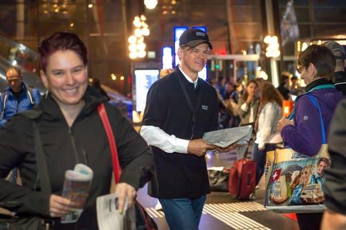 Montagmorgen am Bahnhof Luzern: Mitarbeiter unserer Zeitung verteilen die erste Ausgabe im neuen Layout. Im Bild: CEO der NZZ Mediengruppe, Veit V. Dengler, und Passanten. (Bild: Nadia Schärli / Neue LZ)