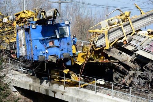 In der Nähe eines Spurwechsels bei Brunnmatt kam es um 4.30 Uhr zu einer Auffahrkollision und einer darauffolgenden Entgleisung. (Bild: Keystone)