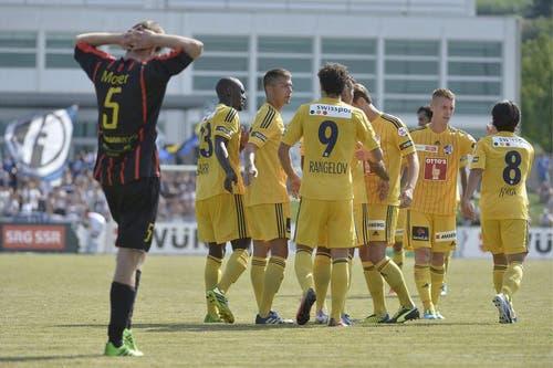 Spieler der Luzerner Mannschaft sammeln sich und bejubeln den zehnten Treffer. (Bild: Keystone)