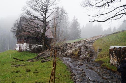 7. April: Im Berggebiet Haggen oberhalb von Schwyz hat sich am Karfreitag ein grösserer Murgang ereignet. Ein schleunigst aufgeschütteter Schutzwall verhinderte glücklicherweise Schlimmeres. Die Gemeinde Schwyz errichtete einen Erdwall, um die Erdmassen am Haus vorbeizuleiten, mit Erfolg, wie sich am Ostersonntag zeigte. (Bild: Geri Holdener / bote.ch)