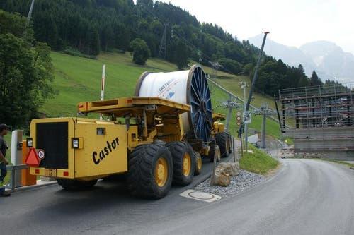 Das 50 Tonnen schwere Förderseil für den Abschnitt Trübsee Stand wurde mit einem 30 Tonnen schweren Spezialtransport in 1 1/2 Tagen nach Trübsee gefahren. (Bild: Philipp Unterschütz)