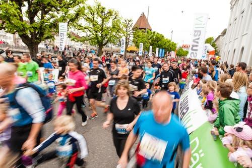 Läufer beim Start. (Bild: Roger Grütter / Neue LZ)